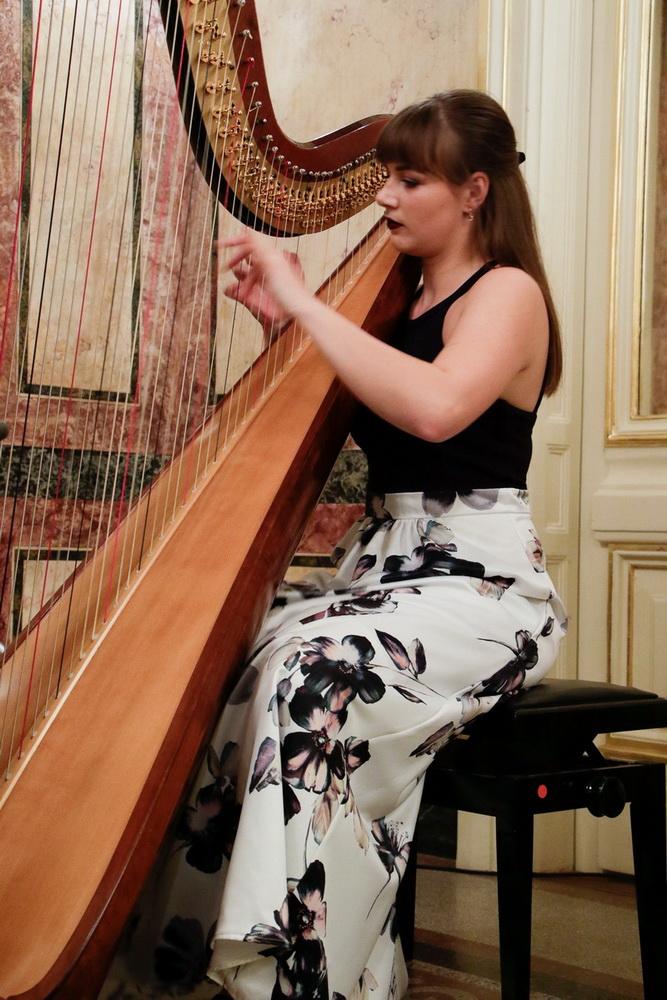 Lara Hrastnik, harfa, Foto: Goran Antlej