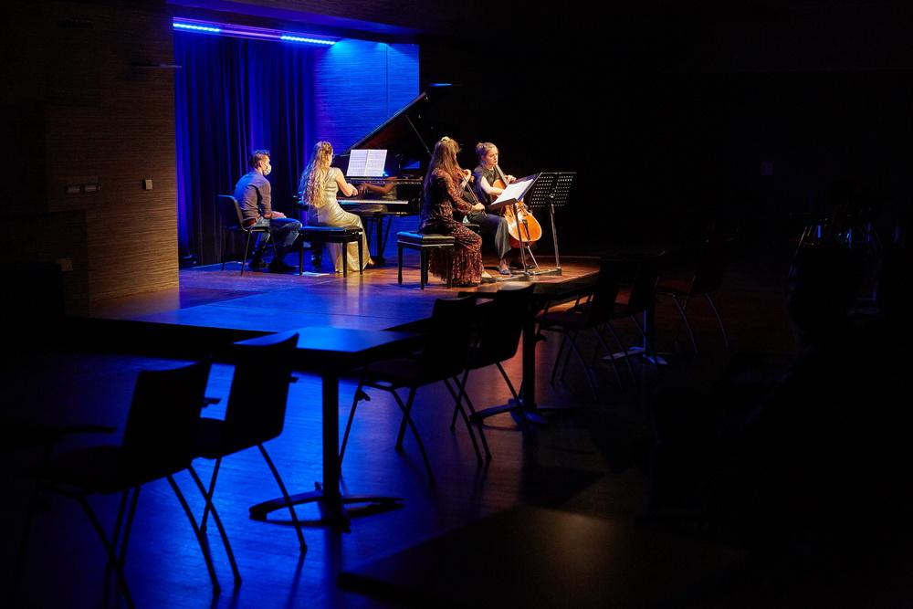 Klavirski trio Rêverie (Irina Vaterl, Mojca Jerman, Katarina Leskovar),  Foto: Janez Kotar